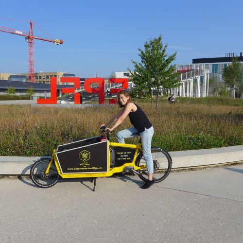 Livraison de miel à l'épicerie Epilibre de l'EPFL